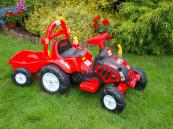 Elektrický traktor s vlekem červený