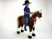 Kůň hnědák s béžovou hřívou a ocasem na hraní a sezení