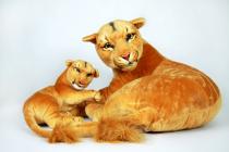 Plyšová lvice s lvíčetem