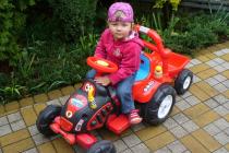 Elektrický traktor s vlekem a nářadím pro začínající, s vlastním olepením nálepek, červený