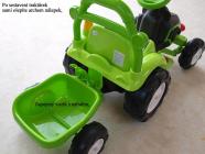 Elektrický traktor s vlekem a nářadím pro začínající, s vlastním olepením nálepek, zelený