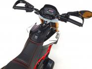 Elektrická motorka Aprilia Dorsoduro s klíčky, USB, SD, voltmetrem, EVA koly, čalouněnou sedačkou, stavitelnými tlumiči