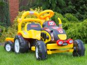 Elektrický traktor s vlekem žlutý